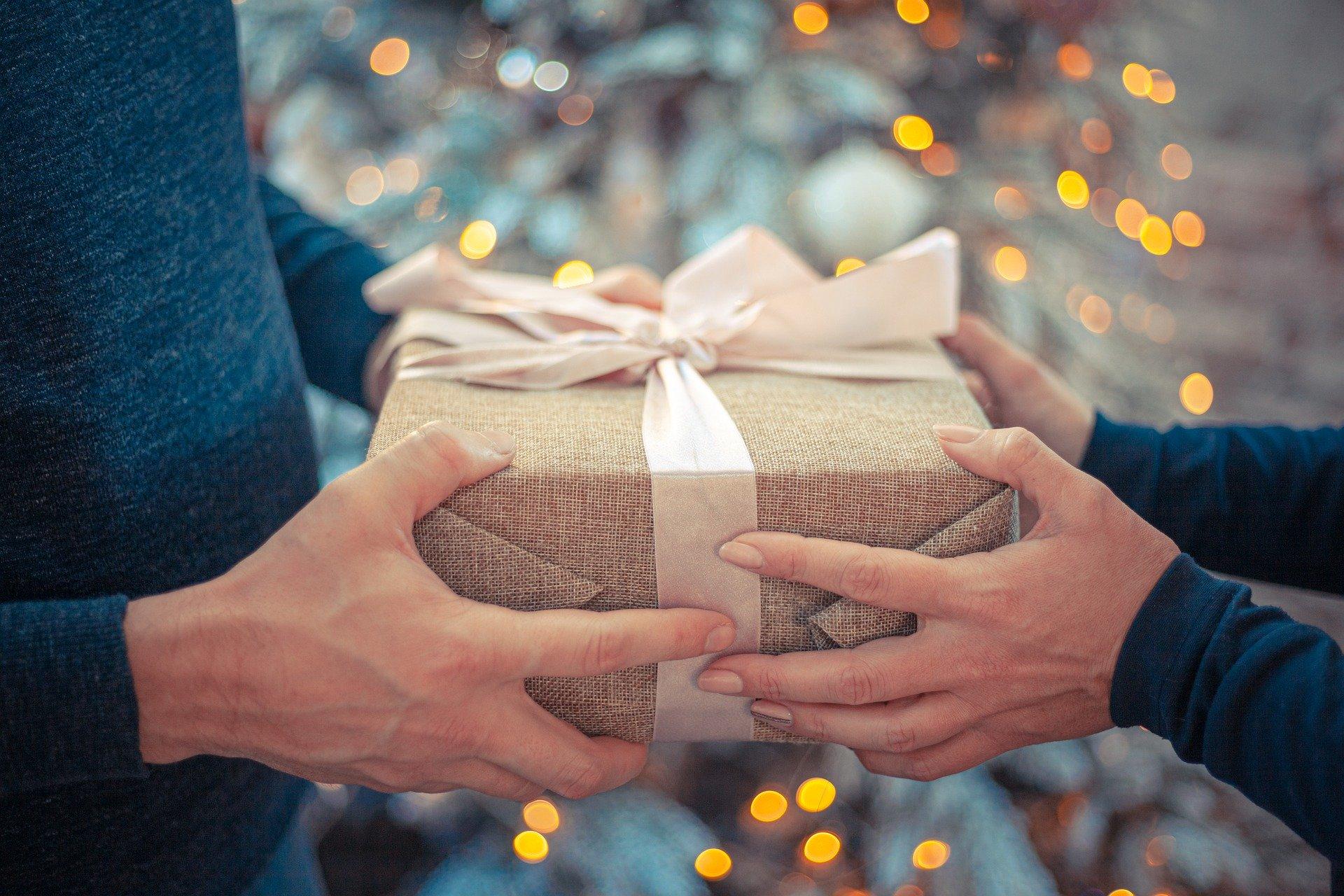 Dos manos cogiendo un regalo