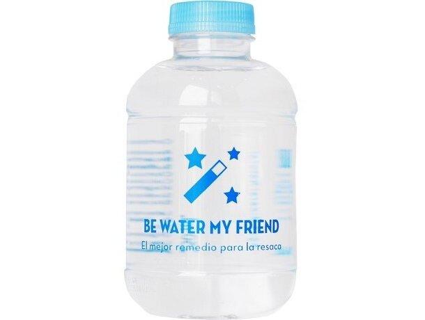 Botella de agua con etiqueta de papel