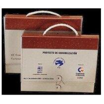 Maletín de cartón reciclado y cuero regenerado personalizado